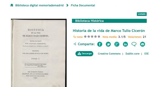 Una persona dona un libro con más de dos siglos de antigüedad a una biblioteca pública