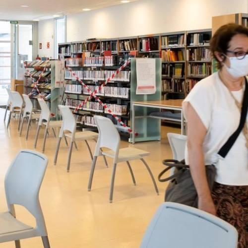 Las bibliotecas se reinventan con servicios de libros a domicilio, aplicaciones y clubes de lectura 'online'